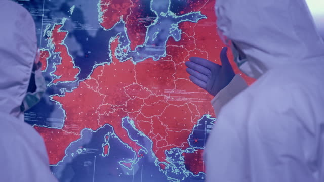 vídeos y material grabado en eventos de stock de científicos en laboratorio. mapa de infecciones de europa. muy alta infectividad. señalando sobre italia - europa continente