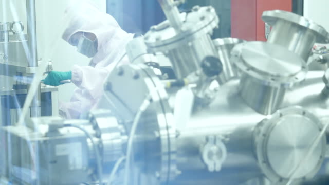 現代研究室の科学者 - クリーンスーツ点の映像素材/bロール