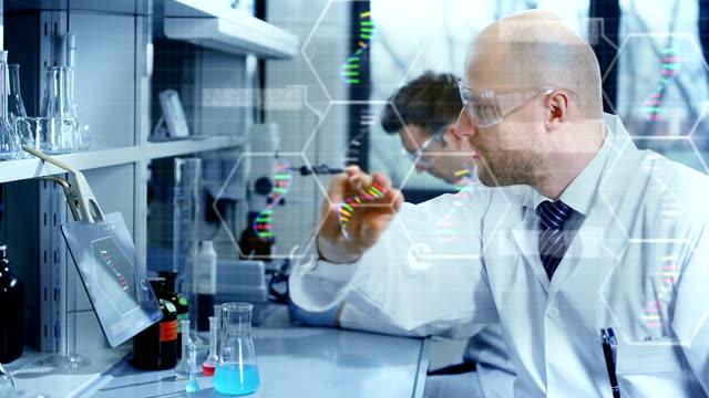 Wissenschaftler in modernen laborator