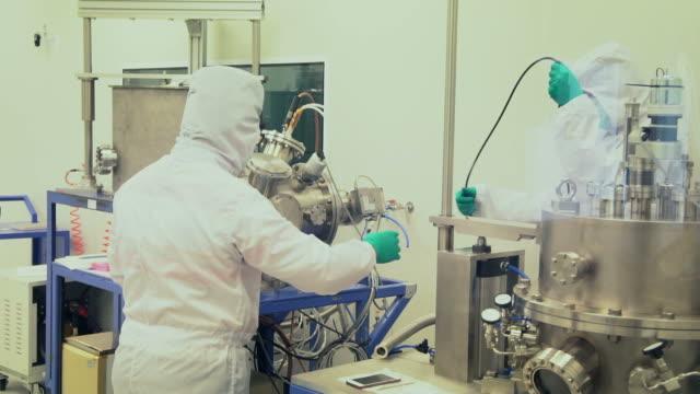 現代実験室の科学者 - 医療機器点の映像素材/bロール