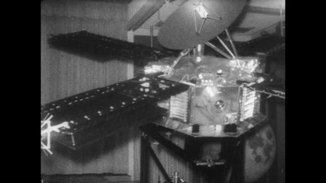 scientists sit and watch presentation on mariner 5 probe / model of mariner 5 / model of mariner 5 passing venus / model probe moves along a rail... - カリフォルニア州 パサデナ点の映像素材/bロール