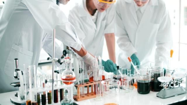 4 k: 科学者が研究室で話しています。 - 遺伝子研究点の映像素材/bロール