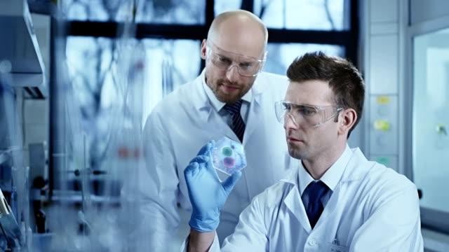 Científicos que trabajan en el Laboratorio de investigación