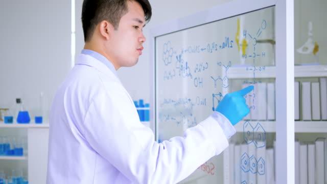 研究室で働く科学者 - アメリカ国外で撮影点の映像素材/bロール