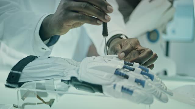 vidéos et rushes de scientifiques travaillant sur le projet d'exosquelette motorisé en laboratoire. - agence de design