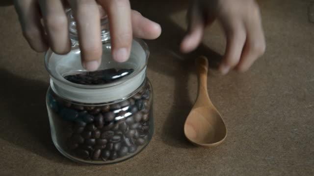 vídeos de stock, filmes e b-roll de decote grãos de café - molécula de cafeína
