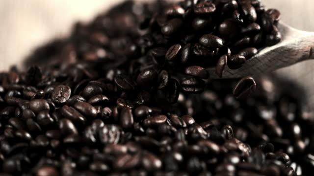 木製のスプーンでコーヒー豆を slo mo cu すくい - アイスクリームスクープ点の映像素材/bロール