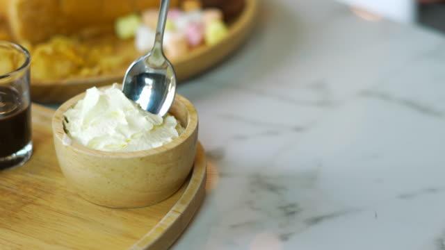 scooping cream in holzschale - ausschöpfen stock-videos und b-roll-filmmaterial