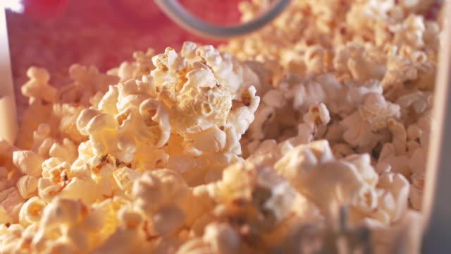 stockvideo's en b-roll-footage met scooping popcorn - popcorn