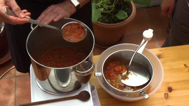 vídeos de stock e filmes b-roll de scooping salsa from pot - concha utensílio de servir