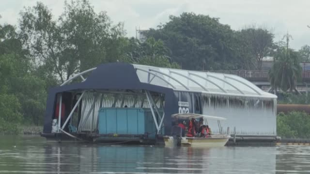 scooping waste from a malaysian river to stop it reaching the sea solar powered barge the interceptor is the latest weapon in a global battle to rid... - malaysia bildbanksvideor och videomaterial från bakom kulisserna