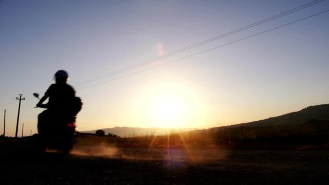 Scooter-Fahrten bei Sonnenuntergang