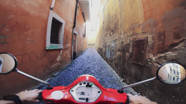 vídeos de stock e filmes b-roll de pov scooter riding in italy: on the motorbike in a narrow alley - ponto de vista