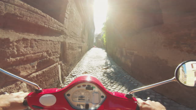 pov scooter riding in italy: on the motorbike in a narrow alley - motorino video stock e b–roll