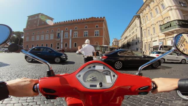 """vidéos et rushes de scooter riding in rome: a """"vigile urbano"""" is directing the heavy traffic in piazza venezia - monter sur un moyen de transport"""