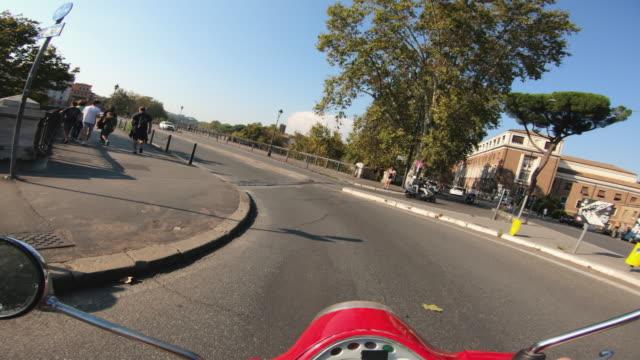 POV-Scooter fahren: mit dem Motorrad in der Mitte von Rom