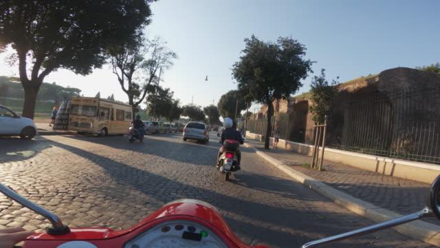 vídeos y material grabado en eventos de stock de vespa del pov del montar a caballo: en la moto en el centro de roma - ciclomotor vehículo de motor