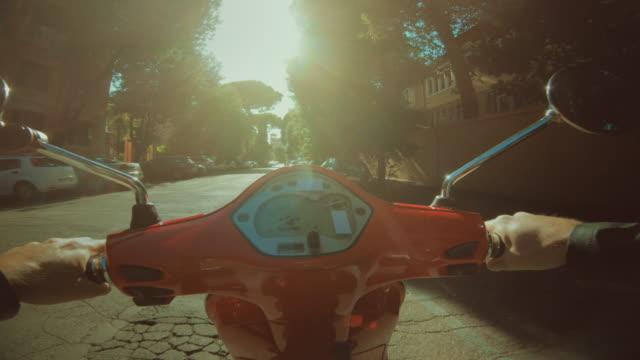 pov scooter fahren: auf dem motorrad im zentrum von rom - rome italy stock-videos und b-roll-filmmaterial