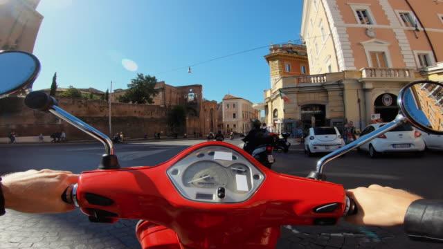 pov scooter fahren: auf dem motorrad im zentrum von rom - motorroller stock-videos und b-roll-filmmaterial