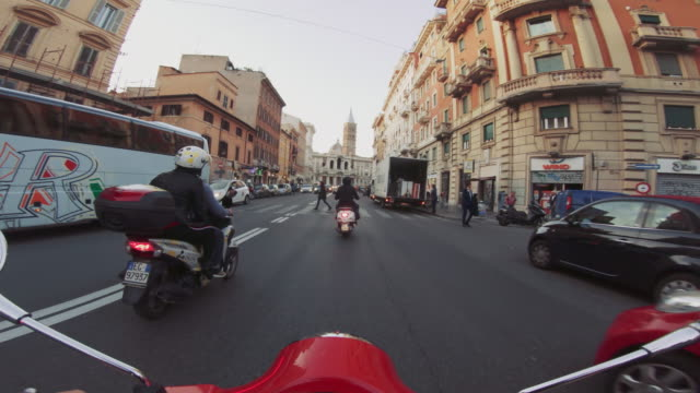 vídeos de stock e filmes b-roll de pov scooter riding: on the motorbike in the city of rome - ponto de vista