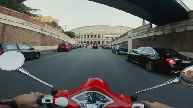 vídeos de stock e filmes b-roll de pov scooter riding: on the motorbike in the city of rome - romano