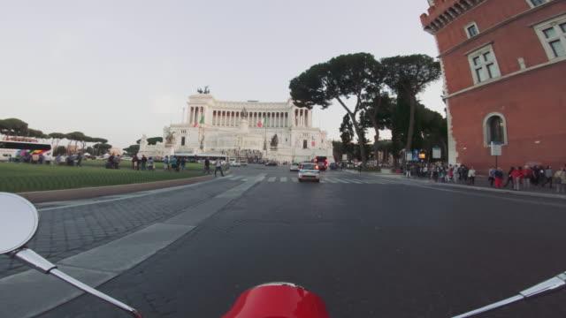 POV-Scooter fahren: mit dem Motorrad in der Stadt Rom
