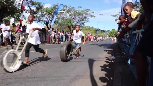 vídeos de stock e filmes b-roll de all sizes are available for the tyre race the sporting event of the year in mayotte with 900 participants including 500 children aged 9 to 11 - territórios ultramarinos franceses