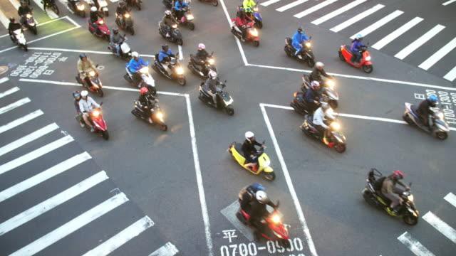 roller auf der überfahrt in taipeh inzeitlupe - motorroller stock-videos und b-roll-filmmaterial
