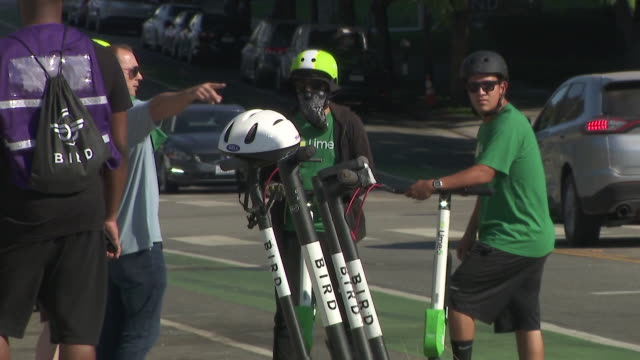 ktla scootersharing companies bird and lime abruptly deactivated their devices in santa monica on tuesday and urged their supporters to swarm city... - motorino video stock e b–roll