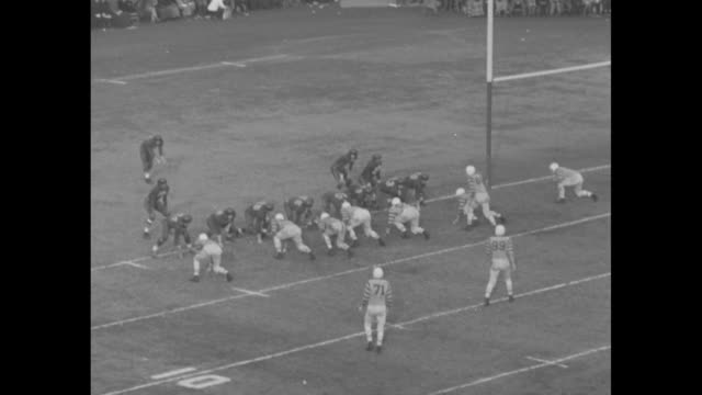"argonauts 15, edmonton 5 in 2nd quarter of the grey cup championship football game / toronto argonauts norbert ""nobby"" wirkowski throws long pass to... - 第4クオーター点の映像素材/bロール"