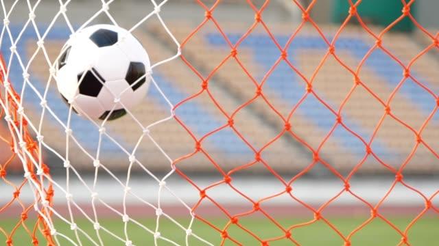 vídeos y material grabado en eventos de stock de gol con balón de fútbol - hacer un gol