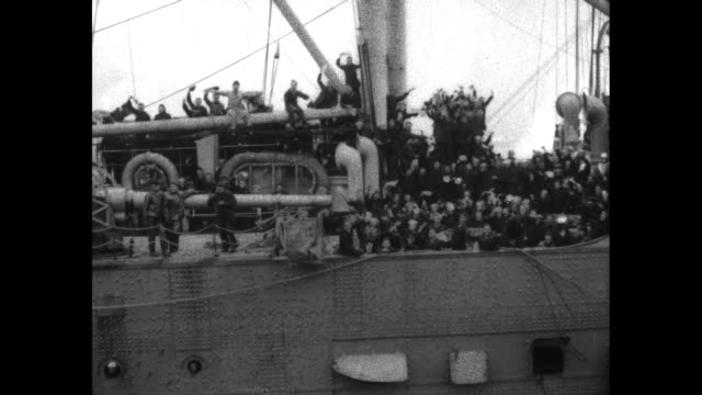 vidéos et rushes de scores of american soldiers wave from the superstructure of the troop transport ship leviathan situated off hoboken new jersey - marine américaine