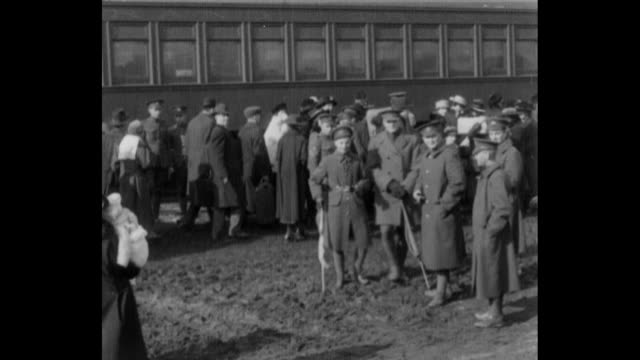 vídeos de stock, filmes e b-roll de ms scores of canadian men walk with family and friends / people gathered at a train station / young men lean from the trains windows embracing family... - cultura canadense