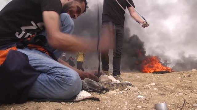 scores of palestinians were injured on friday while taking part in ongoing rallies along the gaza strip's eastern border with israel, according to... - 2018年ガザ地区国境抗議点の映像素材/bロール