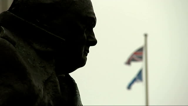 New powers for Scotland outlined R17091409 / ENGLAND London EXT Winston Churchill statue with Union Jack and Scottish saltire in background