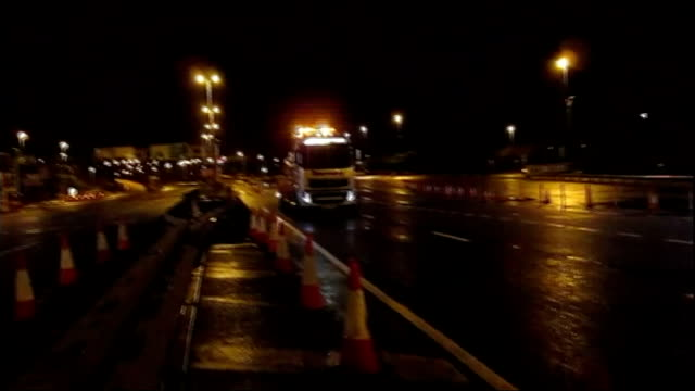 vídeos de stock e filmes b-roll de scotland hit by high winds and heavy rain scotland ext / night waves and sea spray blowing over harbour wall and promedade walkway/ lorry reversing... - vehicle breakdown