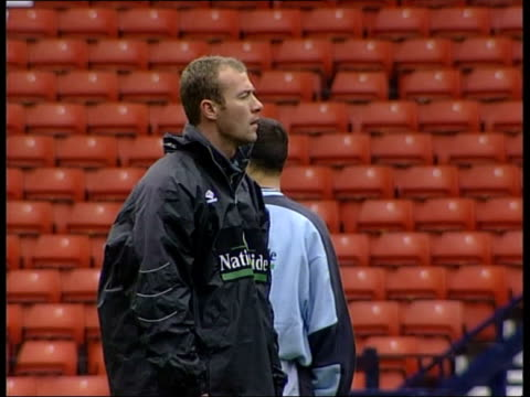 Build up SCOTLAND Glasgow Hampden Park i/c GVs England team training with manager Keegan Alan Shearer at training Michael Owen along at training Andy...