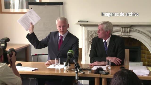 vídeos de stock, filmes e b-roll de scotland yard envio una carta este jueves al fundador de wikileaks julian assange citandole a presentarse en la policia con miras a su extradicion a... - fundador