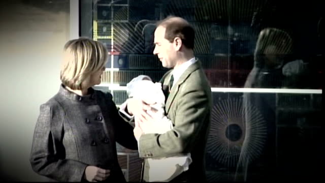 scotland yard open news international computer hacking enquiry december 2007 earl of wessex and sophie countess of wessex leave hospital with newborn... - 生後1ヶ月点の映像素材/bロール