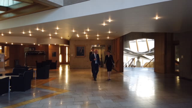 vidéos et rushes de scotland's first minister nicola sturgeon on the way to first minister's questions in the scottish parliament, on october 31, 2019 in edinburgh,... - mp