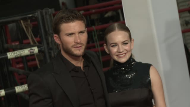 stockvideo's en b-roll-footage met scott eastwood and britt robertson at the longest ride los angeles premiere at tcl chinese theatre on april 06 2015 in hollywood california - zwarte jurk