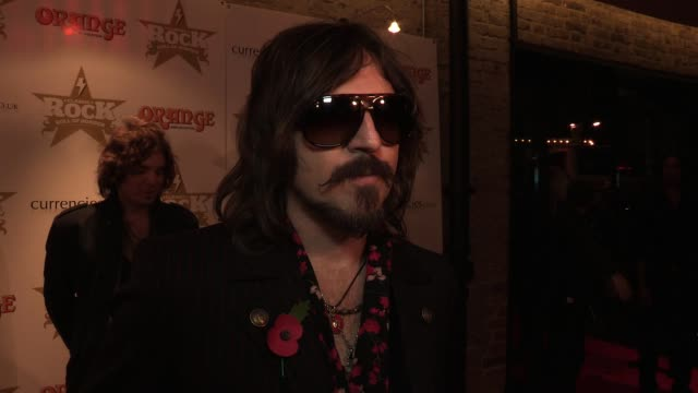vidéos et rushes de scott holiday of rival sons talks about being nominated for 'album of the year' and how long it has taken to get where they are in life, he then goes... - rock moderne