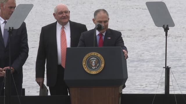 stockvideo's en b-roll-footage met scott pruitt the head of the environmental protection agency under president donald trump speaks about the importance of coal barges on the ohio... - mileubeschermingorganisatie