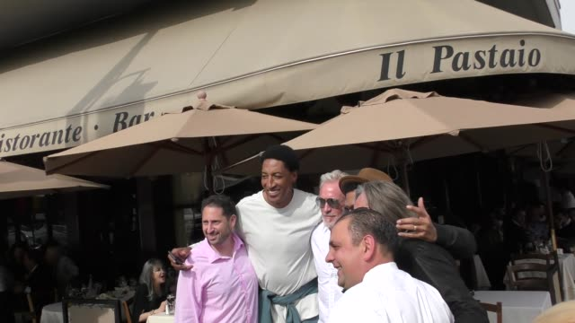 vídeos y material grabado en eventos de stock de scottie pippen eric benet and mohamed hadid pose for pictures outside il pastaio in beverly hills at celebrity sightings in los angeles on march 09... - eric benet