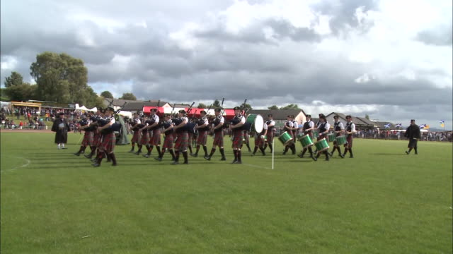 "vidéos et rushes de ""scottish bagpipe players performing at the cowal highland gathering, dunoon"" - scottish culture"