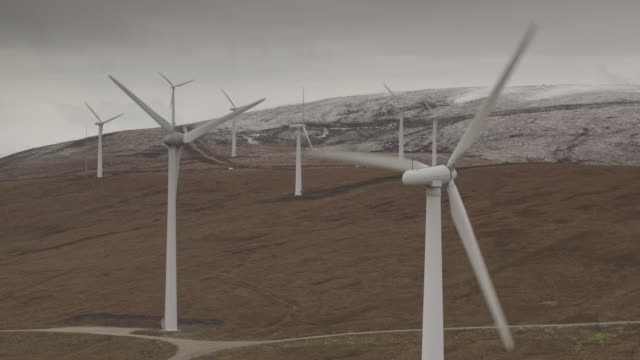 vídeos y material grabado en eventos de stock de scottish highlands windmills drone view - grupo mediano de objetos