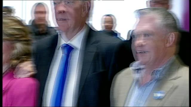 stockvideo's en b-roll-footage met scottish independence referendum: alex salmond at edinburgh airport; scotland: edinburgh: edinburgh airport: int **beware flash photography** alex... - omgeven