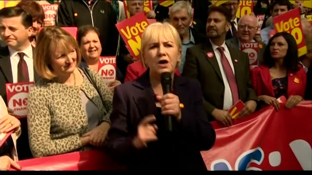 scottish independence referendum: ed miliband attends no rally in glasgow; johann lamont addressing crowd sot / yes campaigners holding up 'yes'... - ダグラス アレキサンダー点の映像素材/bロール