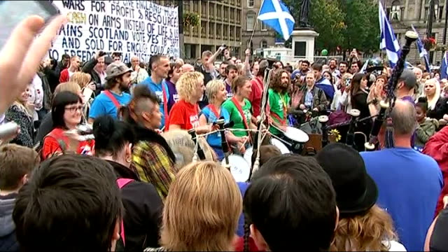voting begins bagpiper leading yes campaign rally to polling station man along with st andrew's flag 'scotland freedom' flag waved at rally band... - 2014 scottish independence referendum stock videos & royalty-free footage