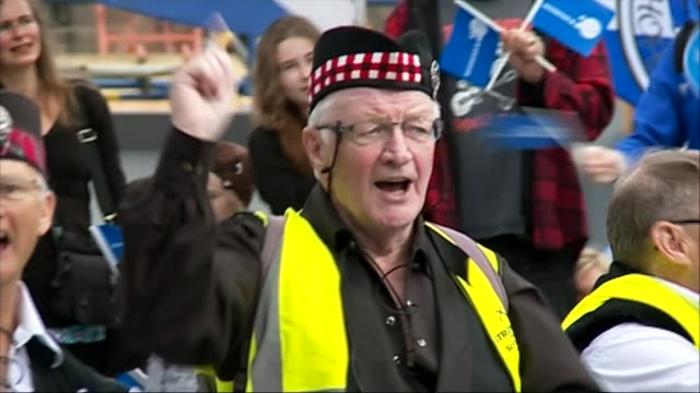 scottish independence: snp threatens another referendum; scotland: edinburgh: ext various shots of scottish independence supporters - nationalist... - patriottismo video stock e b–roll